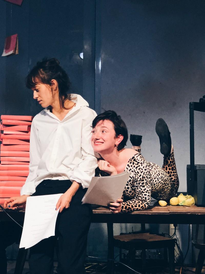 Zwei Schauspieler*innen lesen Texte.