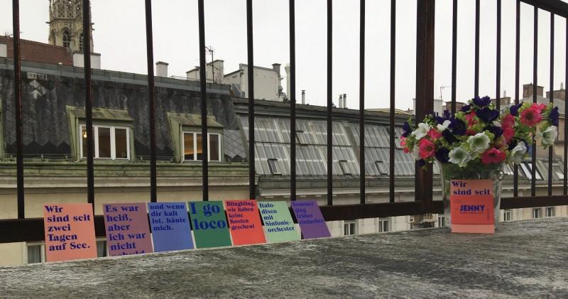 JENNY Postkarten stehen auf dem Balkon des Instituts für Sprachkunst