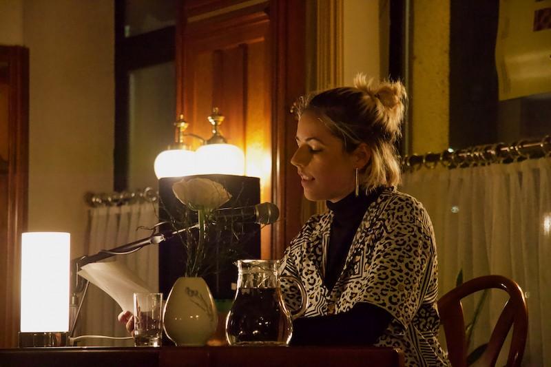 Anna Maschik liest bei einer Jahrgangslesung.
