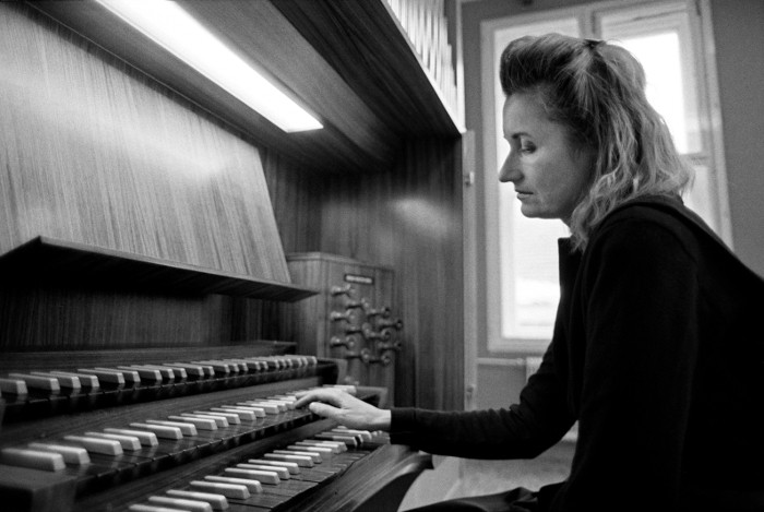 elfriede_jelinek_an_der_orgel_web